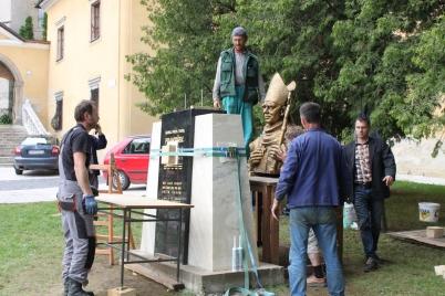 Práce na podstavci sochy biskupa Tondru  [08.06.2016]